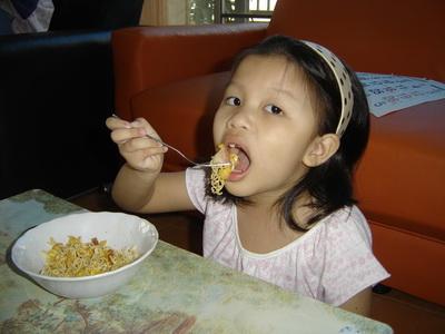 น้องเทียนกินมาม่า