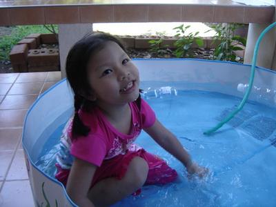 น้องเทียนเล่นน้ำ