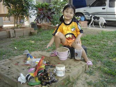 น้องเทียนเล่นทราย