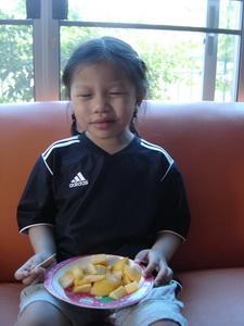 น้องเทียนกินมะม่วง