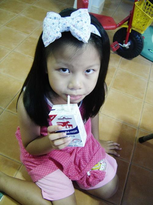 น้องเทียนกินนม