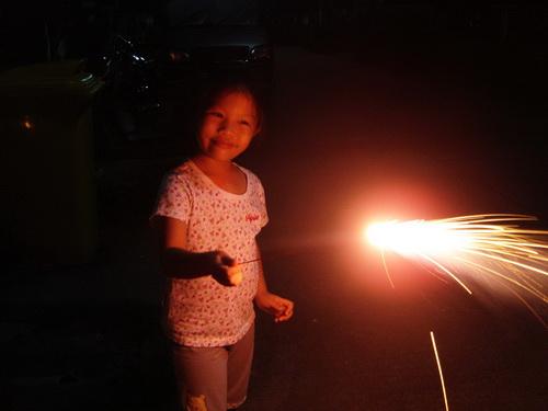 น้องเทียนเล่นดอกไม้ไฟ